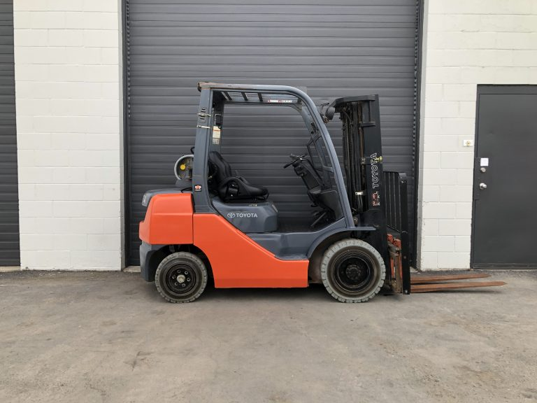 5000 lbs forklift for sale in Calgary - Toyota triple mast. Towable Tools